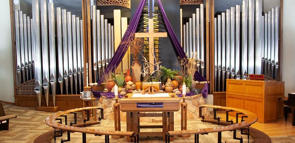 Photo of Altar and organ during Lent